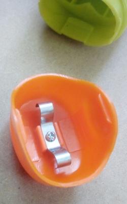 ダイソー 150円ハンドミキサーの 電池フタの画像
