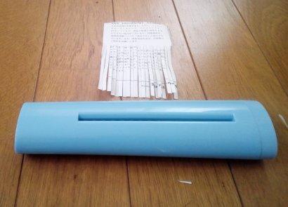 ハンドルを逆回転させて紙を取り出す