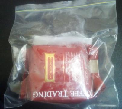 開封済みのコーヒーは袋の口をクリップで留め、フリーザーバッグへ入れて冷凍庫で保存する