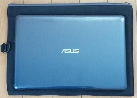 A4サイズのクッションケースの上にAsus E203NAを置いた画像