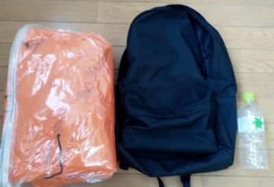 圧縮した寝袋とリュック、ペットボトルの大きさの比較