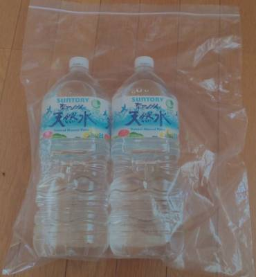 ダイソーA3サイズのチャック付袋に2Lの水を2個入れる