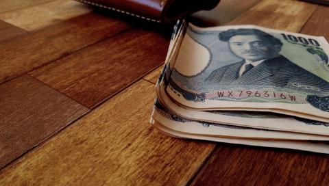 小さいふ ペケーニョにお札を2つ折りして入れた紙幣の曲がり具合